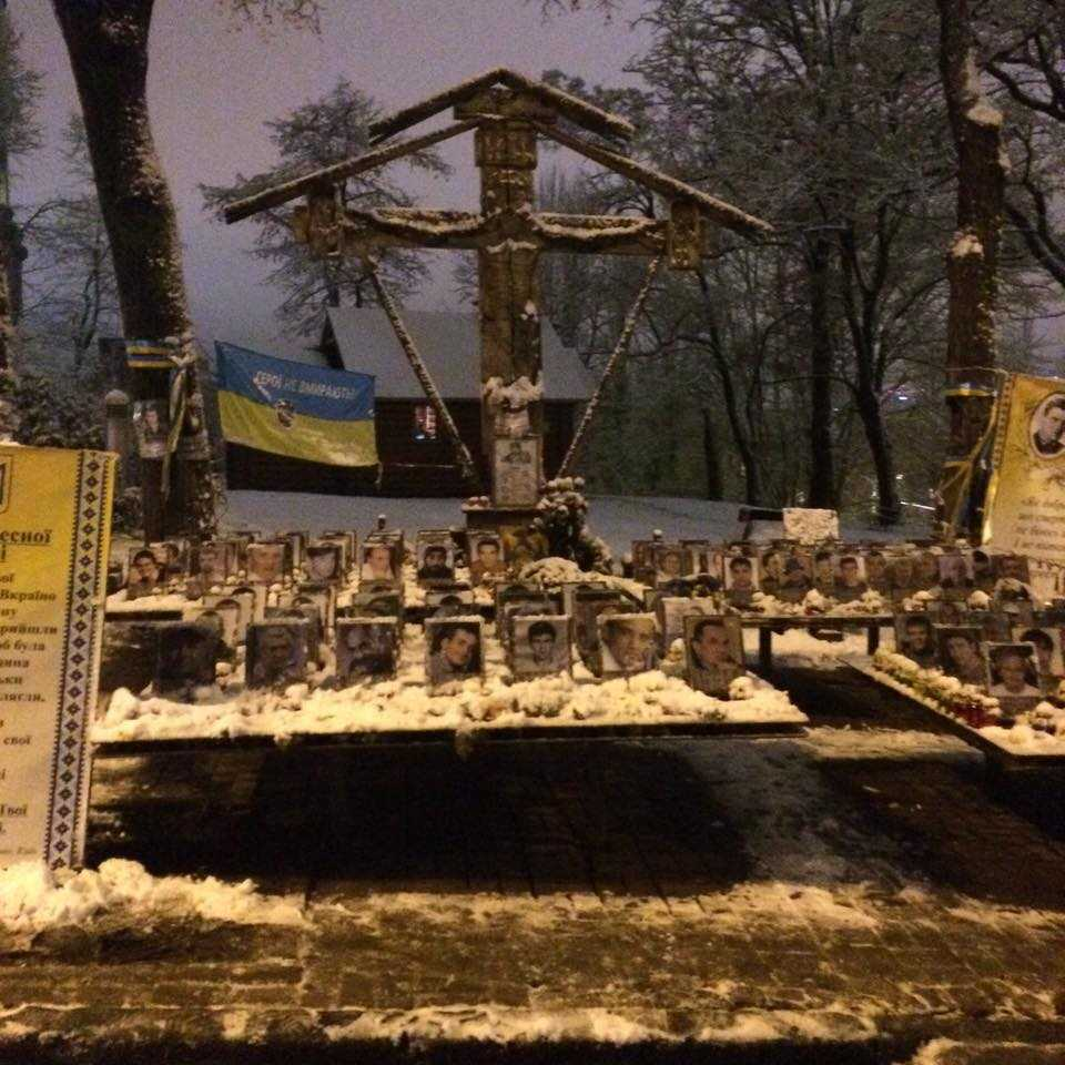 Пам'ятник на честь Героїв Небесної Сотні у Києві засипало снігом. Родичи Героїв збирають небайдужих.