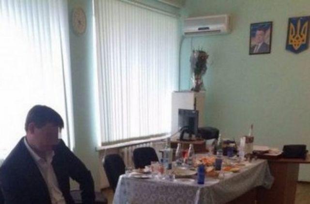 Водка, боржоми и закусь: прокурора повязали во время празднования супервзятки