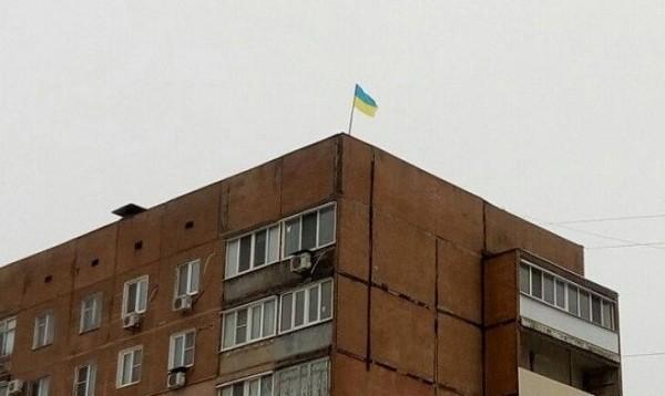 На крыше многоэтажки в Донецке появился флаг Украины