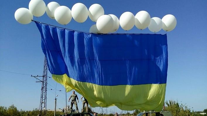 """Украинские """"каратели"""" провели очередную акцию – огромный флаг Украины засиял в небе над Донеччиной. ВИДЕО"""