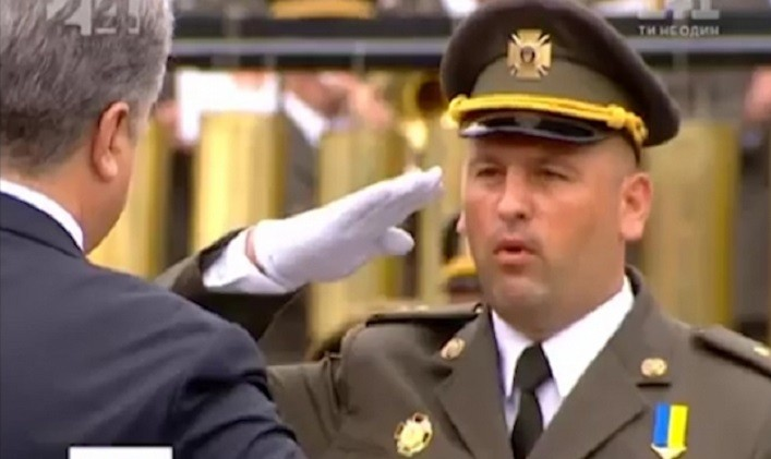 Президент Порошенко привітав Героя України підполковникаВасиляЗубанича з 35-річчям